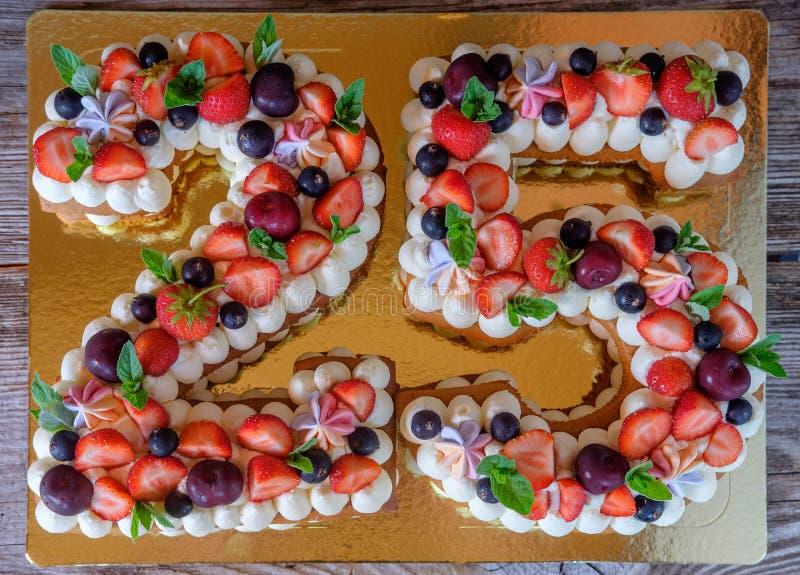 以第二十五的形式生日蛋糕 免版税库存照片