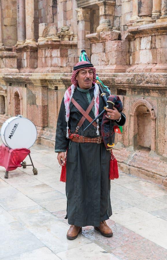 以约旦军队的形式音乐家与风笛等候游人的在罗马城市杰拉什- G废墟的南部的剧院  库存图片