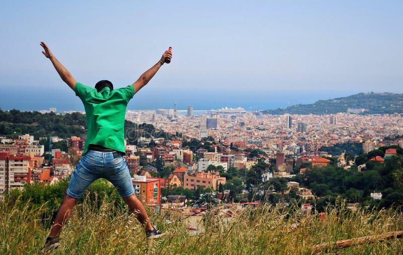 以绿色打扮的人跳跃在山 库存照片
