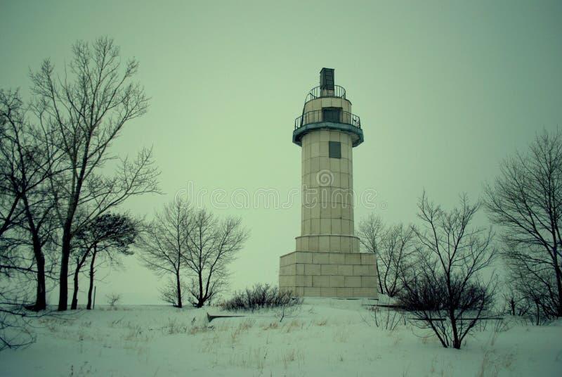 以老被放弃的气象台为目的冬天全景在Zhiguli水力发电的驻地附近的伏尔加河 库存照片