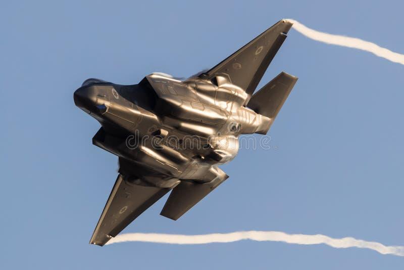 以色列人空军队F-35秘密行动在一airshow期间的喷气式歼击机飞行在Hatzerim,以色列 免版税库存图片