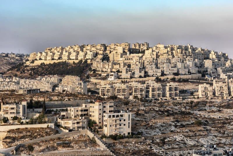 以色列伯利恒,看法从在伯利恒的部分的一个高观点有耶路撒冷新的大厦的在末端 库存照片