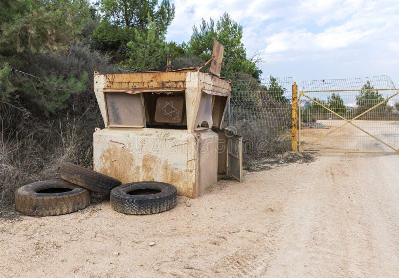 以色列和黎巴嫩边境的一个封闭金属门附近,靠近米斯加夫阿姆村,旧的废弃保护塔 免版税库存照片