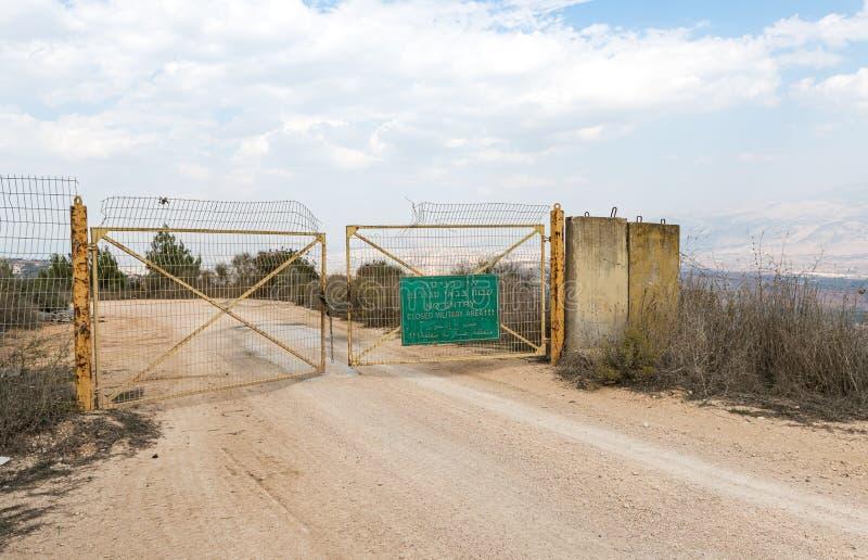 以色列和黎巴嫩边界靠近以色列北部米斯加夫阿姆村的封闭金属门 库存照片