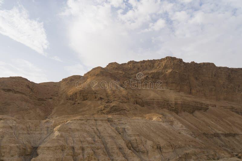 以色列的干旱的Judean沙漠的多灰尘,干燥看法,约旦河的西岸的 干旱区域和赤土陶器峭壁 免版税库存图片