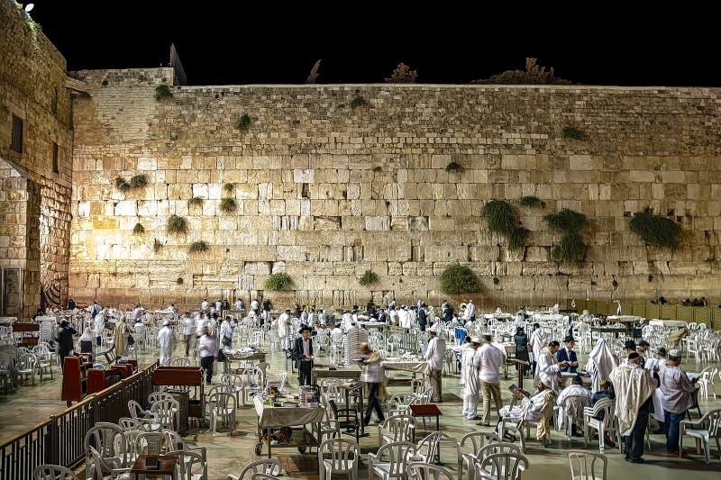 以色列耶路撒冷2015年10月15日 赎罪节了不起的赎罪日庆祝在悲叹墙壁,晚上,大家i 图库摄影