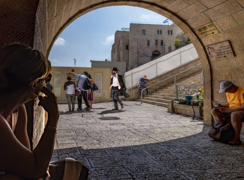 以色列,耶路撒冷, 2017年9月15日 哭墙的入口的看法,人们来来往往 免版税图库摄影