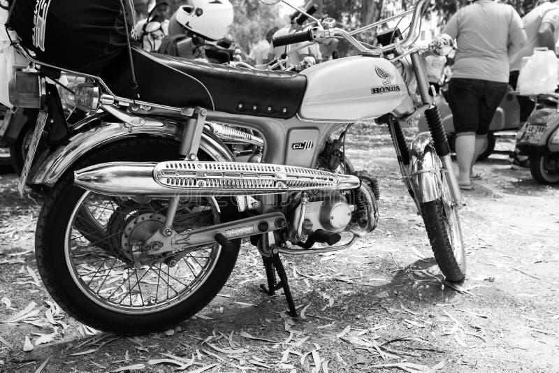 以色列, PETAH TIQWA - 2016年5月14日:技术古董的陈列 本田自行车CL70在Petah Tiqwa,以色列 免版税库存图片