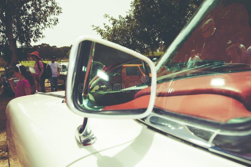 以色列, PETAH TIQWA - 2016年5月14日:技术古董的陈列 汽车旁边镜子在Petah Tiqwa,以色列 库存图片