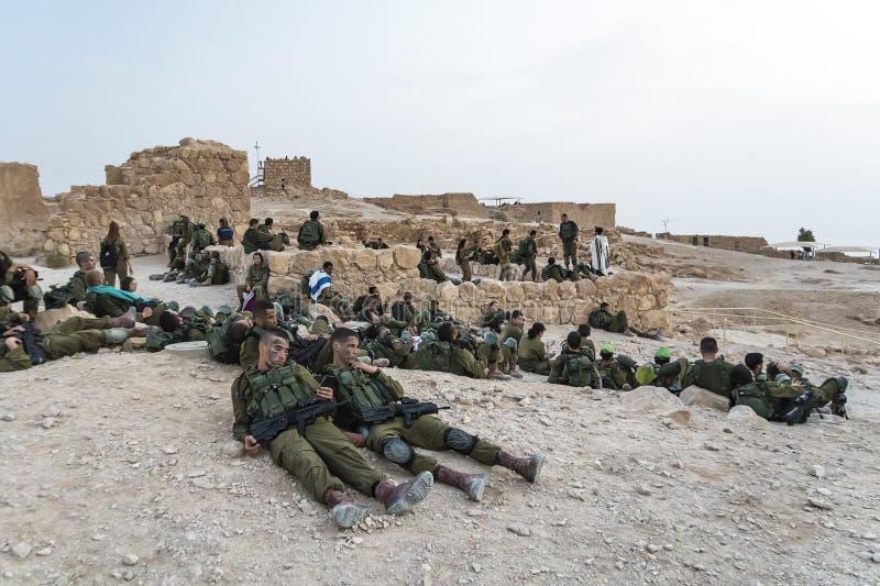 以色列masada 2018年10月23日:以军的步兵的小组战士在回旋的在马萨达堡垒  免版税库存照片