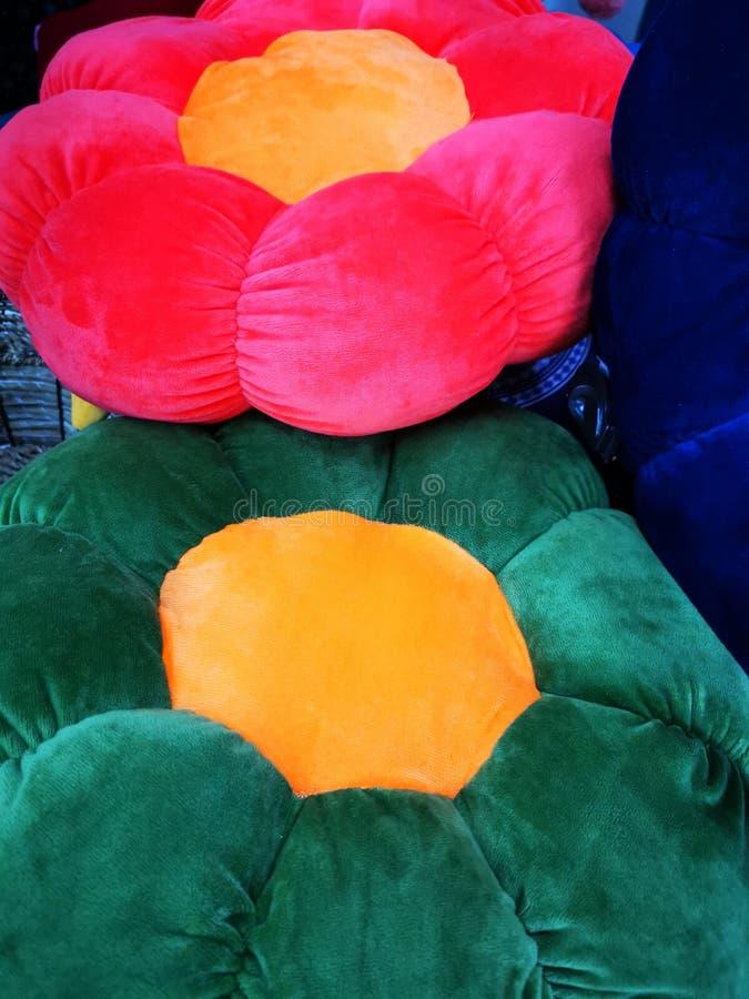 以花的形式五颜六色的装饰枕头 库存照片
