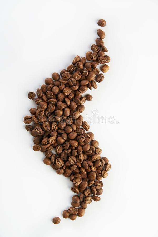 以蒸汽,顶视图的形式咖啡豆隔绝在白色背景 库存图片