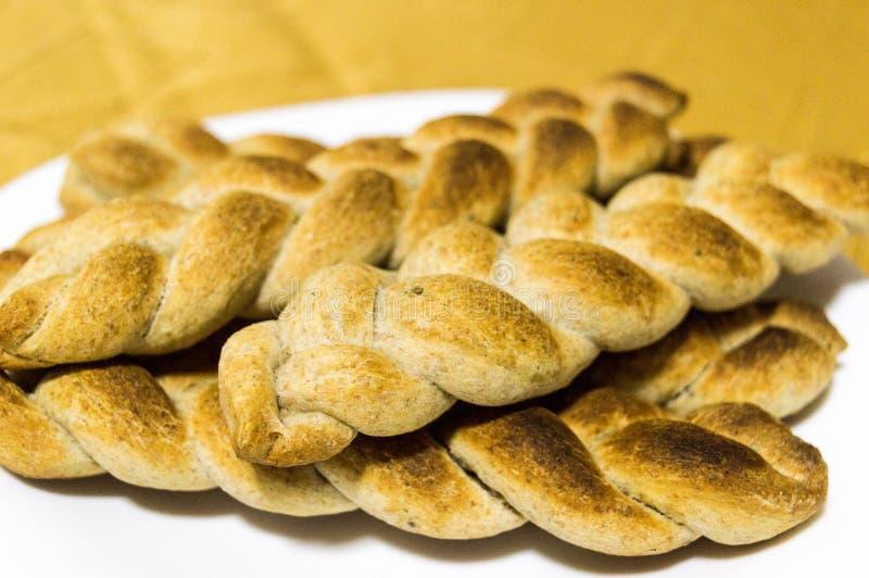 以辫子的形式被烹调的在家和整粒面包 图库摄影