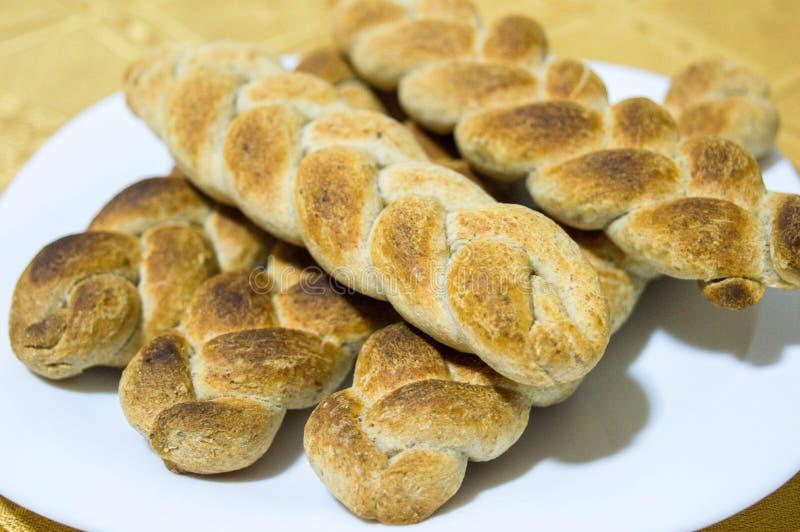 以辫子的形式被烹调的在家和整粒面包 库存照片