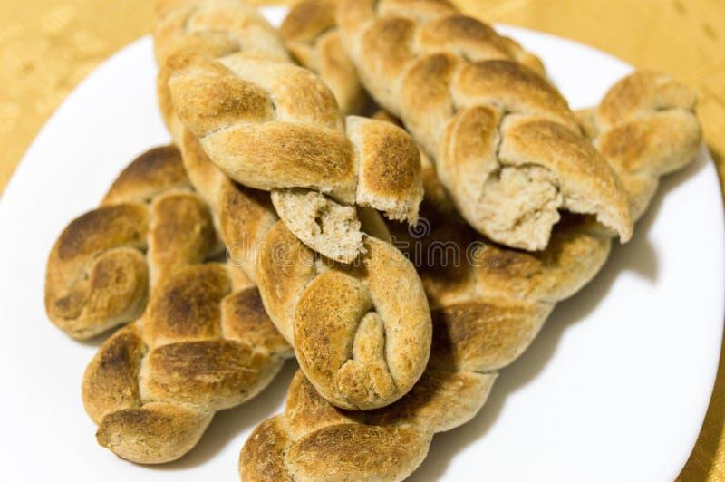 以辫子的形式被烹调的在家和整粒面包 免版税库存照片