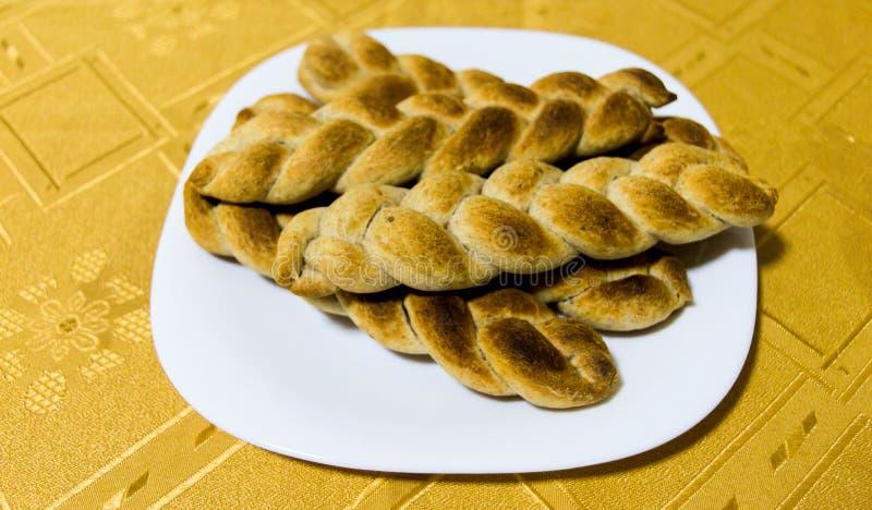 以辫子的形式被烹调的在家和整粒面包 免版税图库摄影