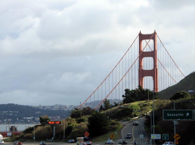 以远金门大桥和城市 免版税库存照片