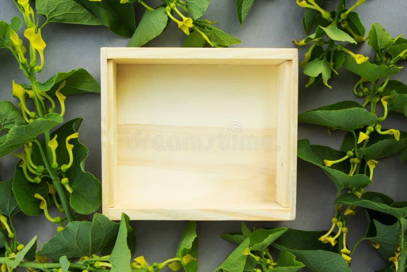 以野花为背景的一个木箱 对象或文本的一个空的地方 库存照片