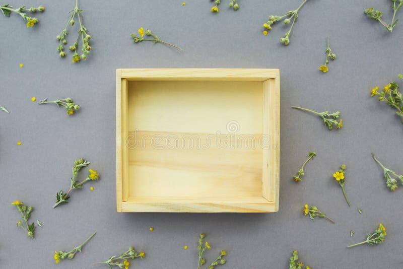 以野花为背景的一个木箱 对象的空的地方 库存照片