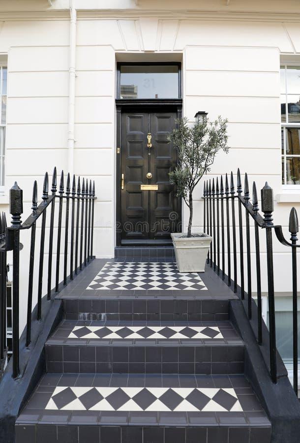 以铺磁砖的步为特色的英王乔治一世至三世时期门 库存图片