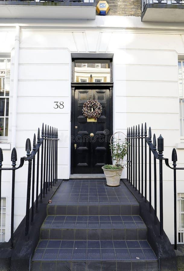 以铺磁砖的步为特色的英王乔治一世至三世时期门 免版税库存照片