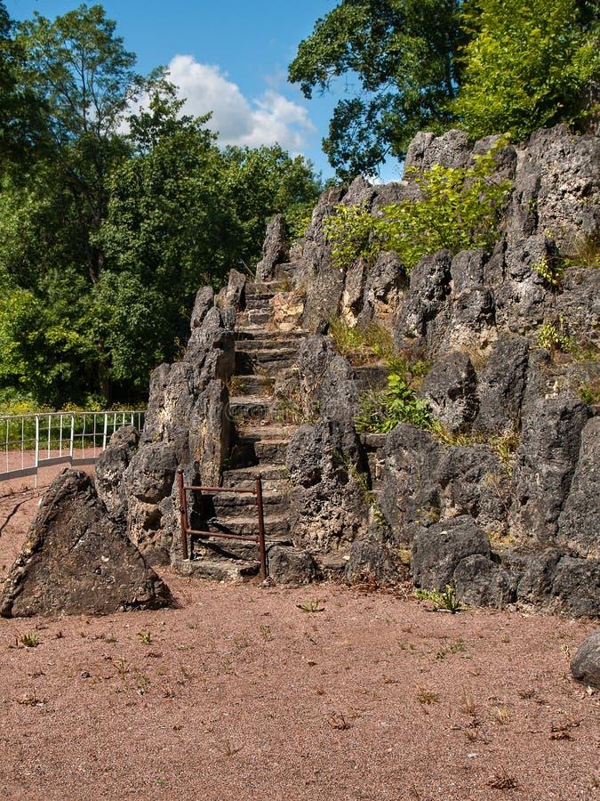 以长满的岩石的形式人工地被创造的构成 图库摄影