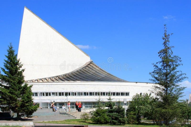 以风帆青年剧院地球的形式大厦在Novosi 免版税库存照片