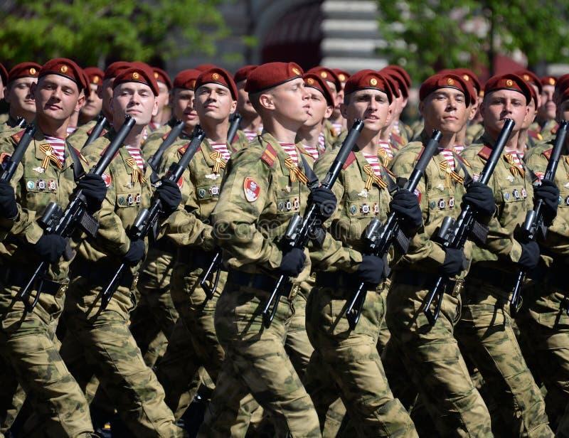 以Dzerzhinsky国民自卫队队伍命名的分开的分裂的战士在红场的游行以纪念胜利天 图库摄影