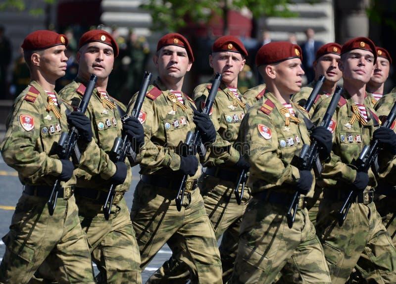 以Dzerzhinsky国民自卫队队伍命名的分开的分裂的战士在红场的游行以纪念胜利天 库存照片