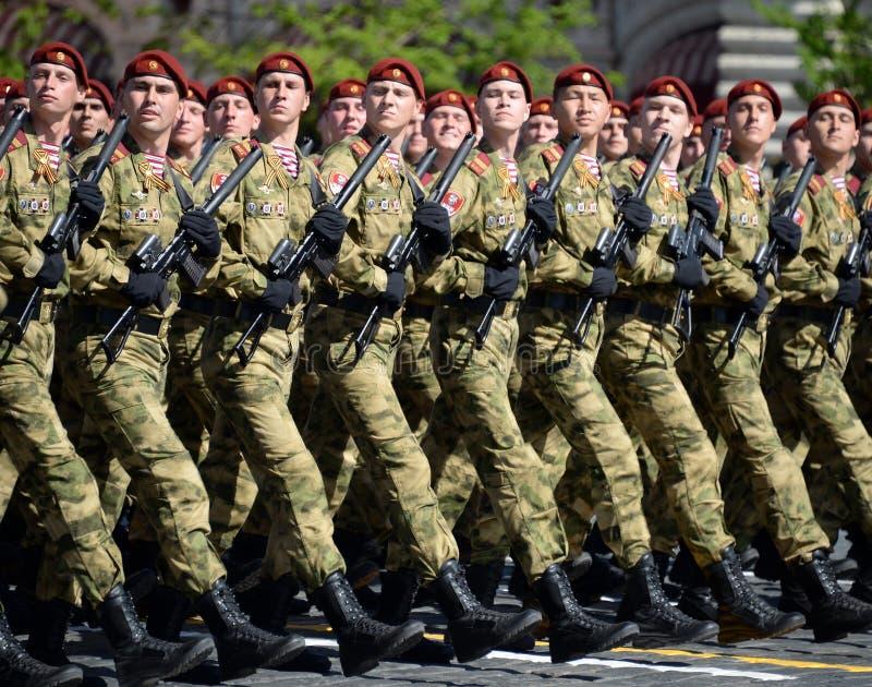 以Dzerzhinsky国民自卫队队伍命名的分开的分裂的战士在红场的游行以纪念胜利天 库存图片