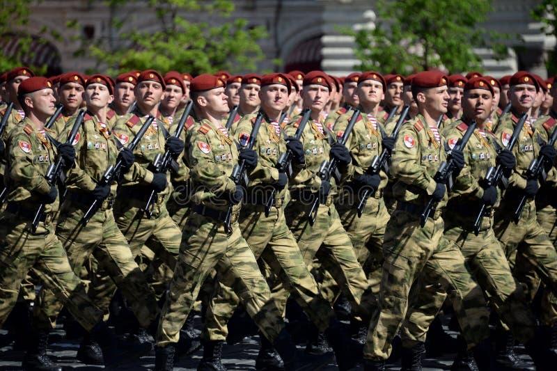 以Dzerzhinsky国民自卫队队伍命名的分开的分裂的战士在红场的游行以纪念胜利天 免版税库存照片