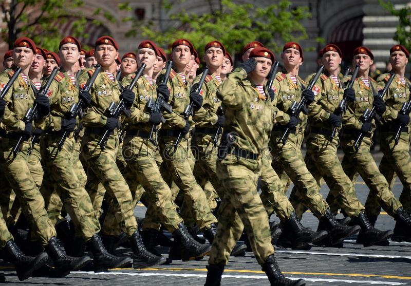 以Dzerzhinsky国民自卫队队伍命名的分开的分裂的战士在红场的游行以纪念胜利天 免版税图库摄影