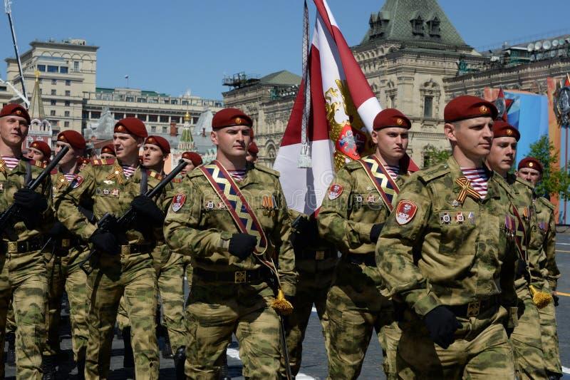 以Dzerzhinsky国民自卫队队伍命名的分开的分裂的战士在红场的游行以纪念胜利天 免版税库存图片