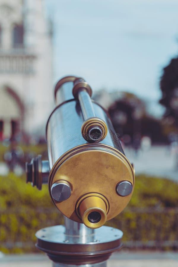 以Notre Dame为目的望远镜,巴黎 免版税图库摄影