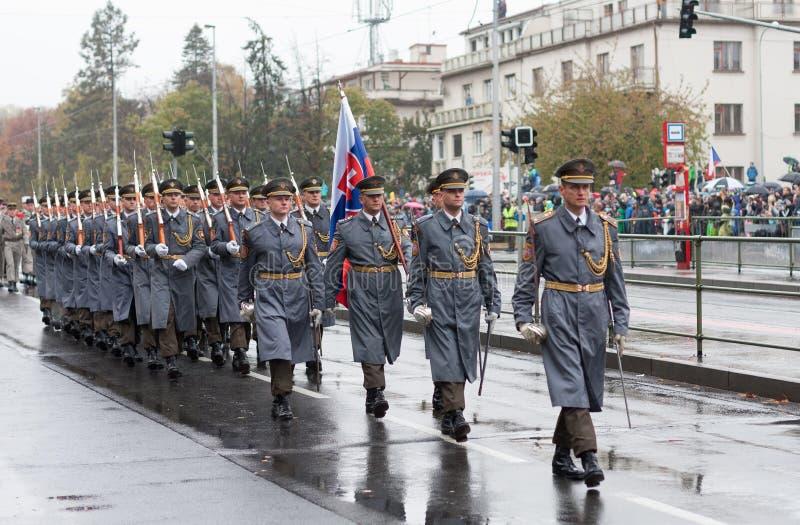 仪仗队的战士从斯洛伐克的在军事前进 库存照片