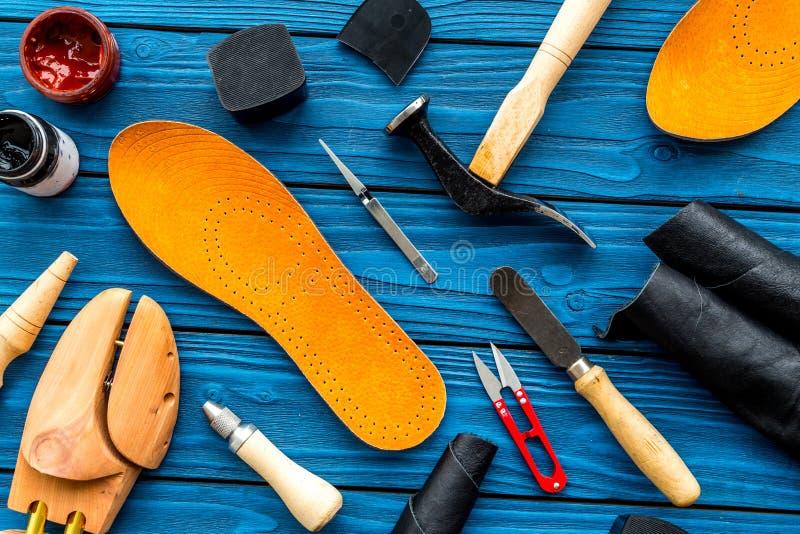 仪器和材料为做鞋子 鞋匠` s工作书桌 发嗡嗡声的东西,锥子,刀子, sciccors,木鞋子,皮鞋的内底 免版税图库摄影