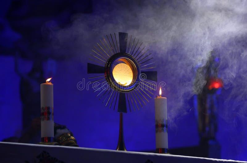 仪式在发布圣体匣的教会里 免版税库存照片