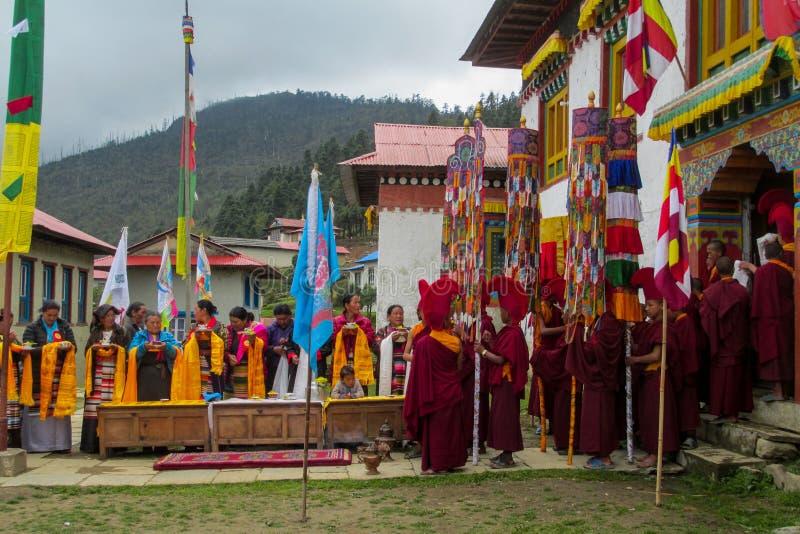 仪式庆祝的佛教年轻修士在尼泊尔寺庙 免版税图库摄影