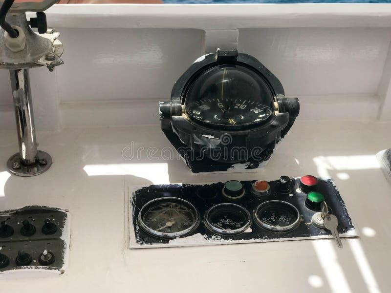 仪表板在小船,船,与一个大玻璃圆的黑指南针,车头表,车速表, ignit的海上运输 库存照片