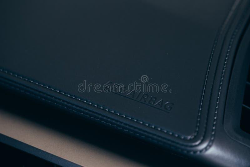 仪表板气袋区域皮革针工作的详细的图象 库存照片