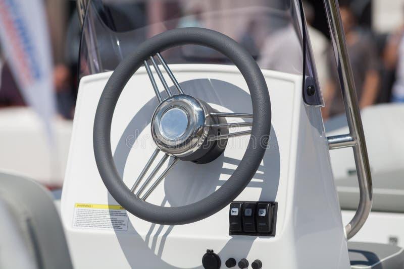 仪表盘和汽船驾驶舱的方向盘乘快艇控制桥梁 免版税库存图片