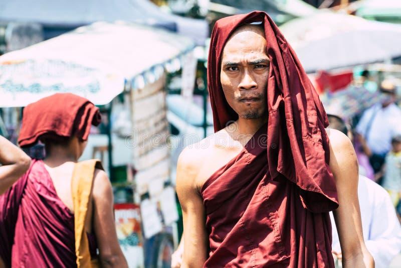 仰光,缅甸- 2019年3月:年轻佛教男性新手修士画象满月仪式的在Shwedagon塔寺庙 库存照片