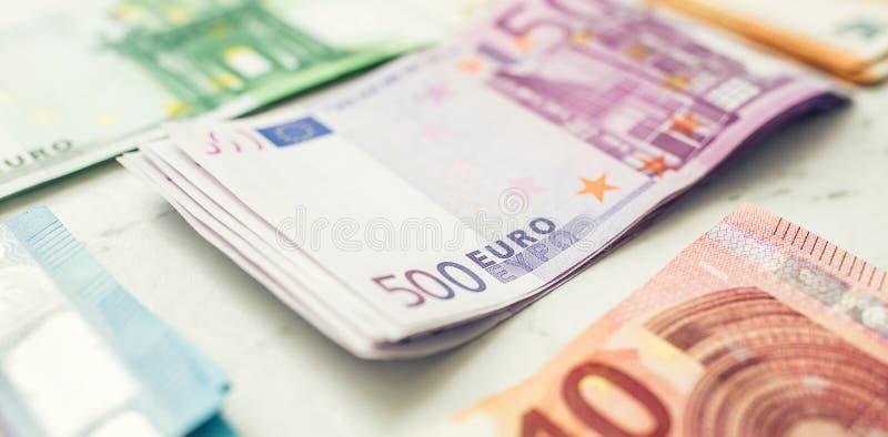 价值堆积的数百张欧洲钞票 免版税库存照片