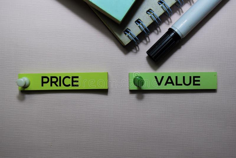 价格对在办公桌上隔绝的稠粘的笔记的价值文本 免版税图库摄影