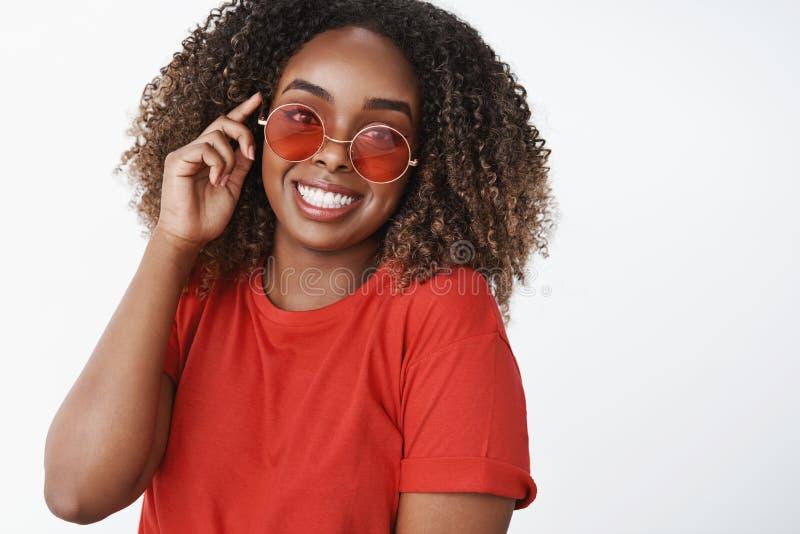 任何天气的明亮的太阳镜 迷人的无忧无虑和吸引人美丽的非裔美国人的妇女画象红色的 库存图片