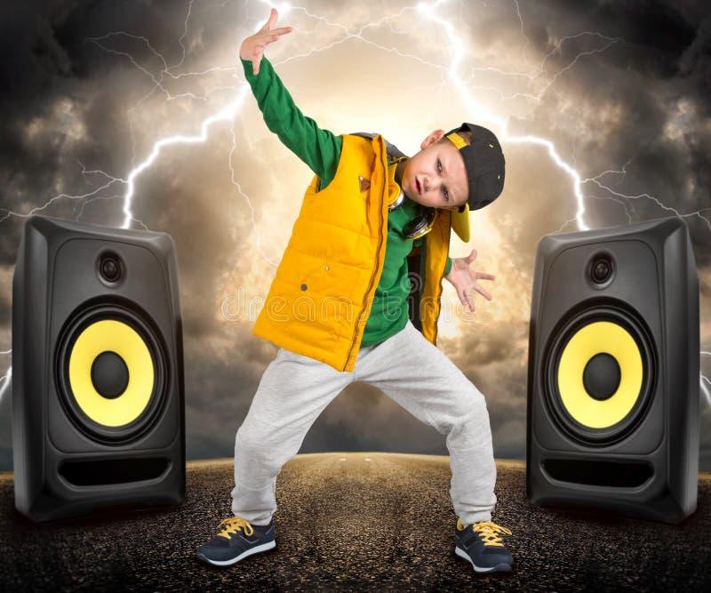 仿照节律唱诵的音乐样式的小男孩 儿童` s时尚 盖帽和夹克 年轻交谈者 冷却舞蹈演员 免版税库存图片