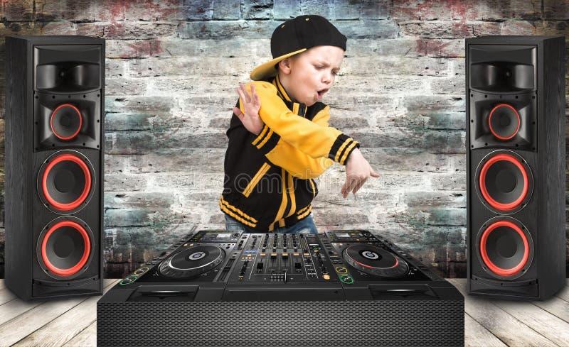 仿照节律唱诵的音乐样式的小男孩 冷却斥责dj 儿童` s时尚 盖帽和夹克 年轻交谈者 免版税库存照片