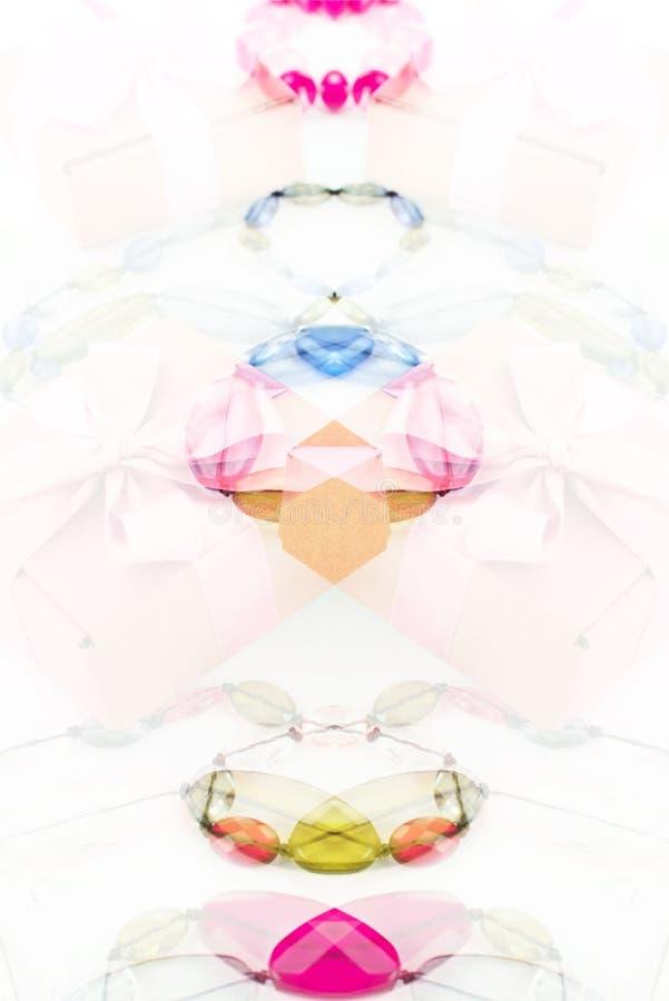 仿照超现实主义妇女` s首饰样式的相称构成在白色背景 库存例证