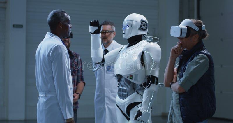 仿造科学家姿态的机器人 免版税库存图片