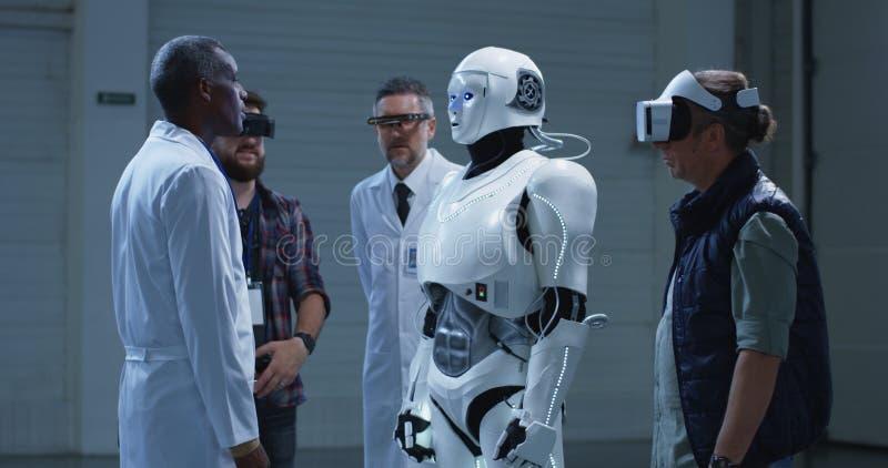 仿造科学家姿态的机器人 库存照片